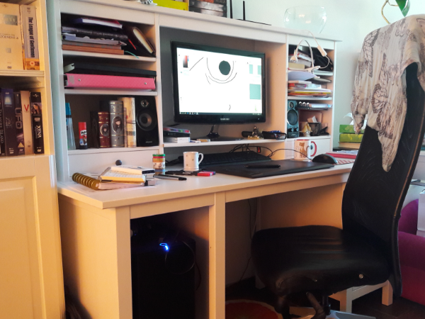Daenelia's desk setup: drawing art